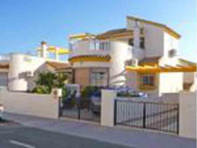 3 Dormitorios, 2 Baños Villa Se Vende en Pinar de Campoverde, Alicante