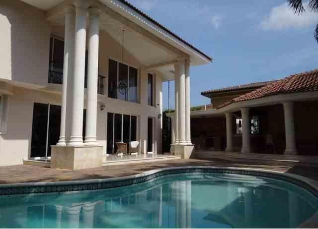 Residencia en Urbanización Thomen al lado del Centro Español, US$ 675,000.00