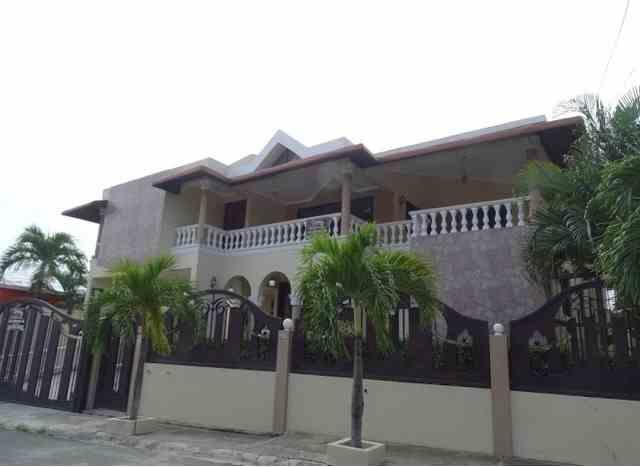 Amplia casa de 2 niveles con patio, US$ 1,000.00