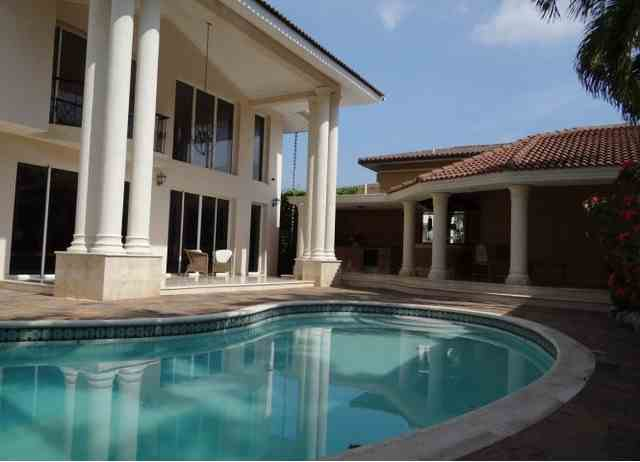 Alquilo amplia residencia semi-amueblada con piscina., US$ 3,250.00